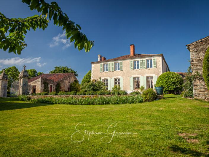 Le prieuré Saint-Pierre de Réaumur possède un jardin très particulier. Sa composition, très atypique, est bien antérieure au XVIIe siècle.